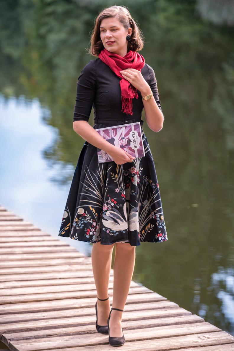 RetroCat mit dem Vintage Swan Dress von BlackButterly und einem Schal von Your Silk Shop