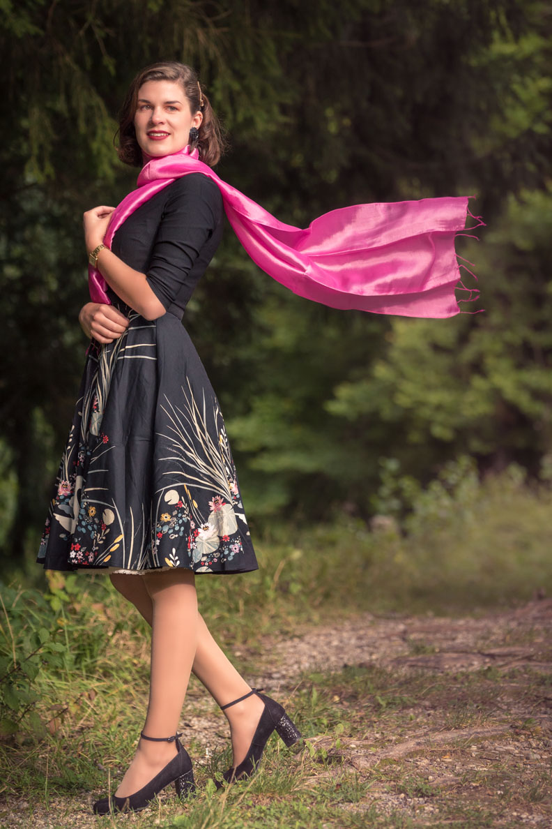 RetroCat mit einem eleganten Retro-Kleid und pinkem Schal von Your Silk Shop