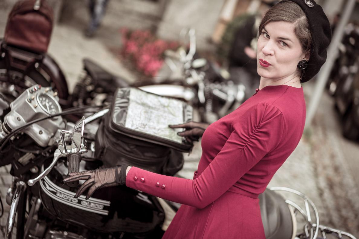 RetroCat mit rotem Kleid und Nylon-Handschuhen von Secrets in Lace auf dem Auerberg Klassik