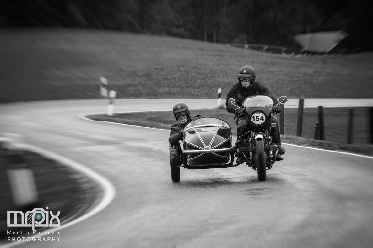 Ein Motorrad mit Beiwagen in der S-Kurve am Auerberg