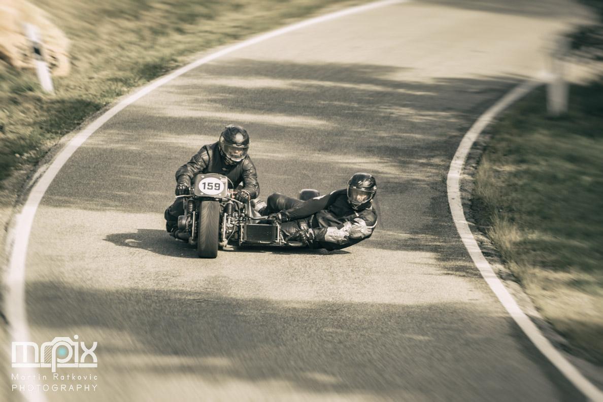 Motorrad und Beiwagen in Kurvenlage beim Auerberg-Rennen