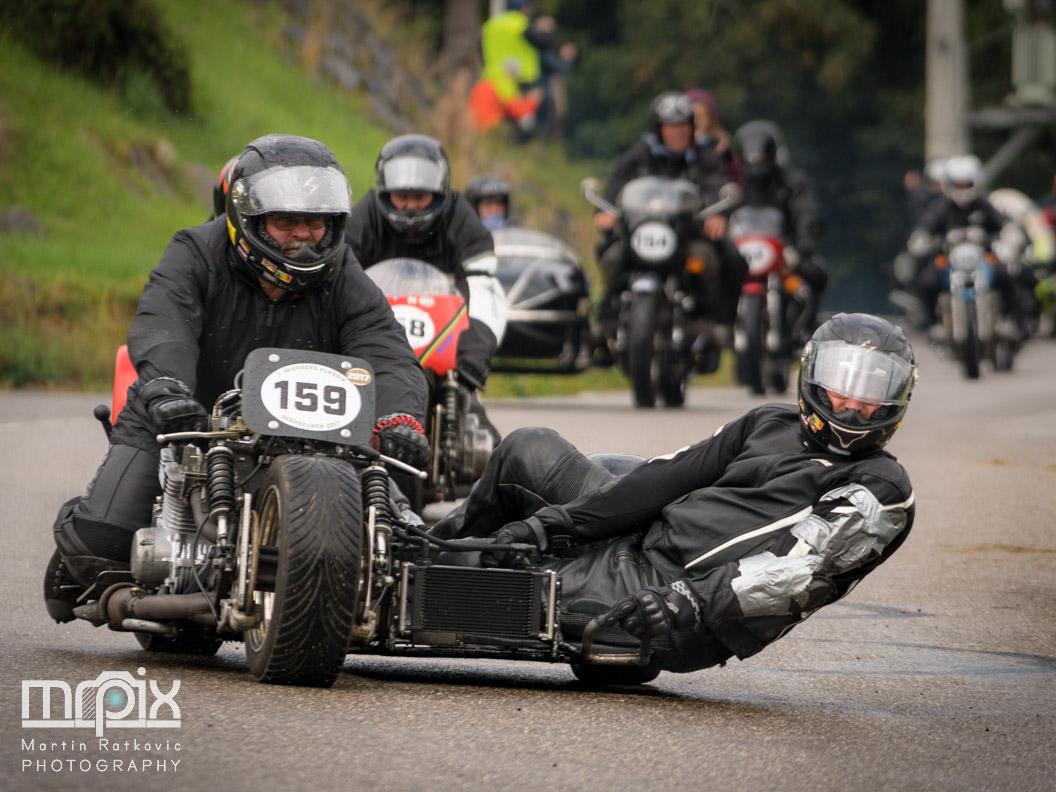 Ein Motorrad mit Beiwagen bei der Abfahrt vom Auerberg