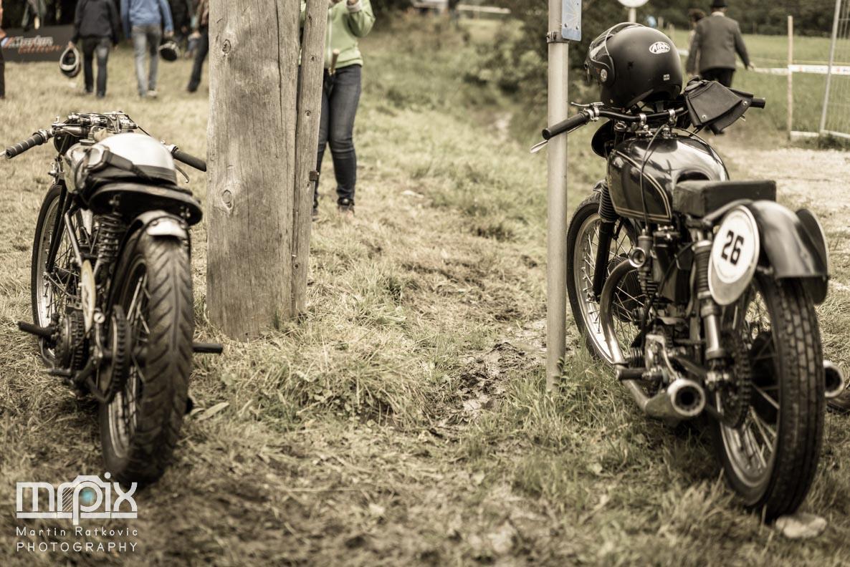 Motorräder im Matsch beim Auerberg Klassik