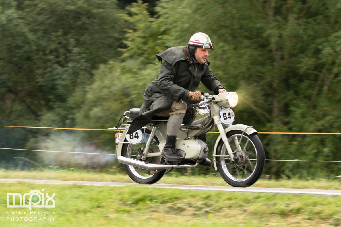 Ein Oldtimer-Moped beim ersten Auerberg Klassik