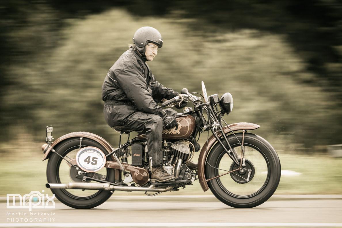 Ein Motorrad beim Oldtimer-Rennen auf dem Auerberg