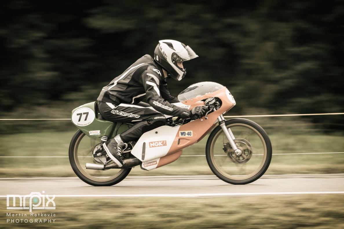 Ein Motorrad beim Rennen am Auerberg