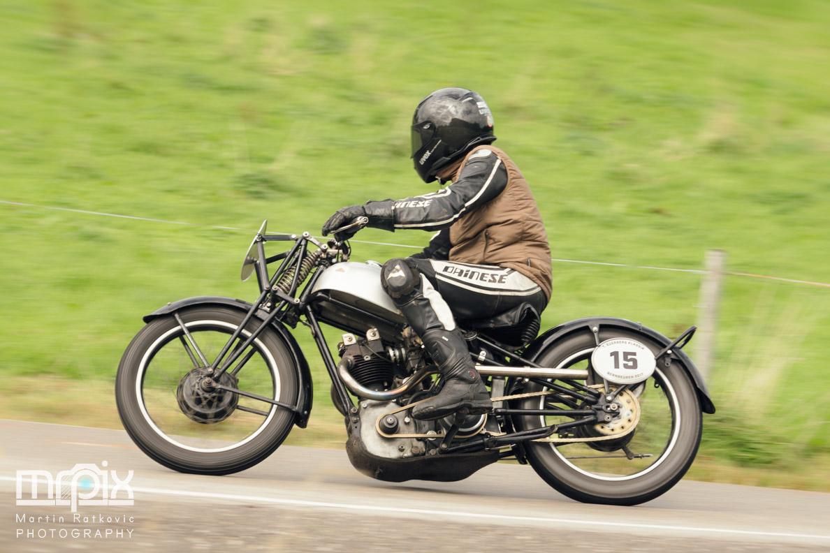 Ein Motorradfahrer in der Kurve beim 1. Auerberg Klassik