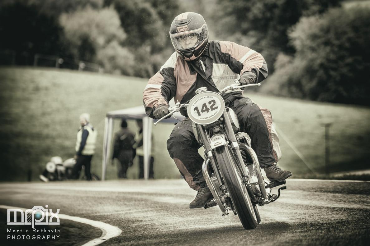 Ein rasanter Motorradfahrer beim Oldtimer-Rennen auf dem Auerberg