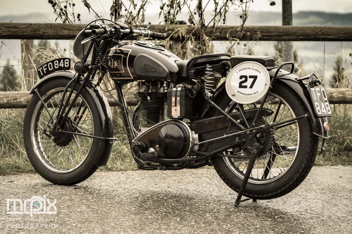 Ein geparktes Motorrad beim Auerberg Klassik