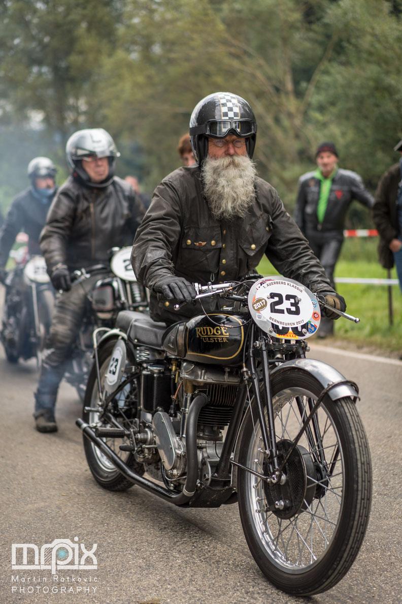 Ein Motorradfahrer im Startbereich während den ersten Auerberg Klassik Tagen