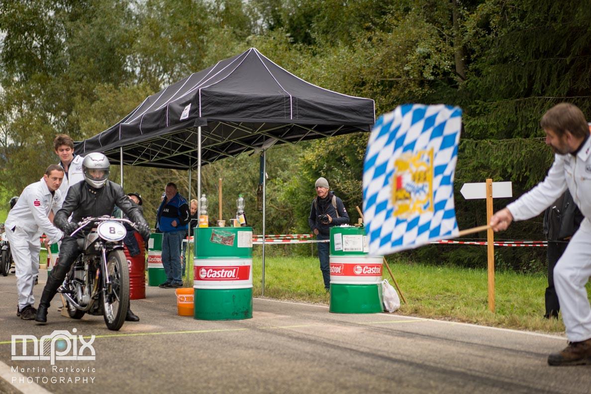 Die Startflagge beim Auerberg Klassik Oldtimer-Rennen
