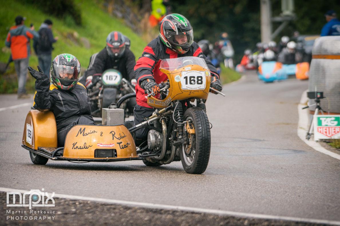 Ein Oldtimer-Motorrad mit Beiwagen beim Auerberg Klassik