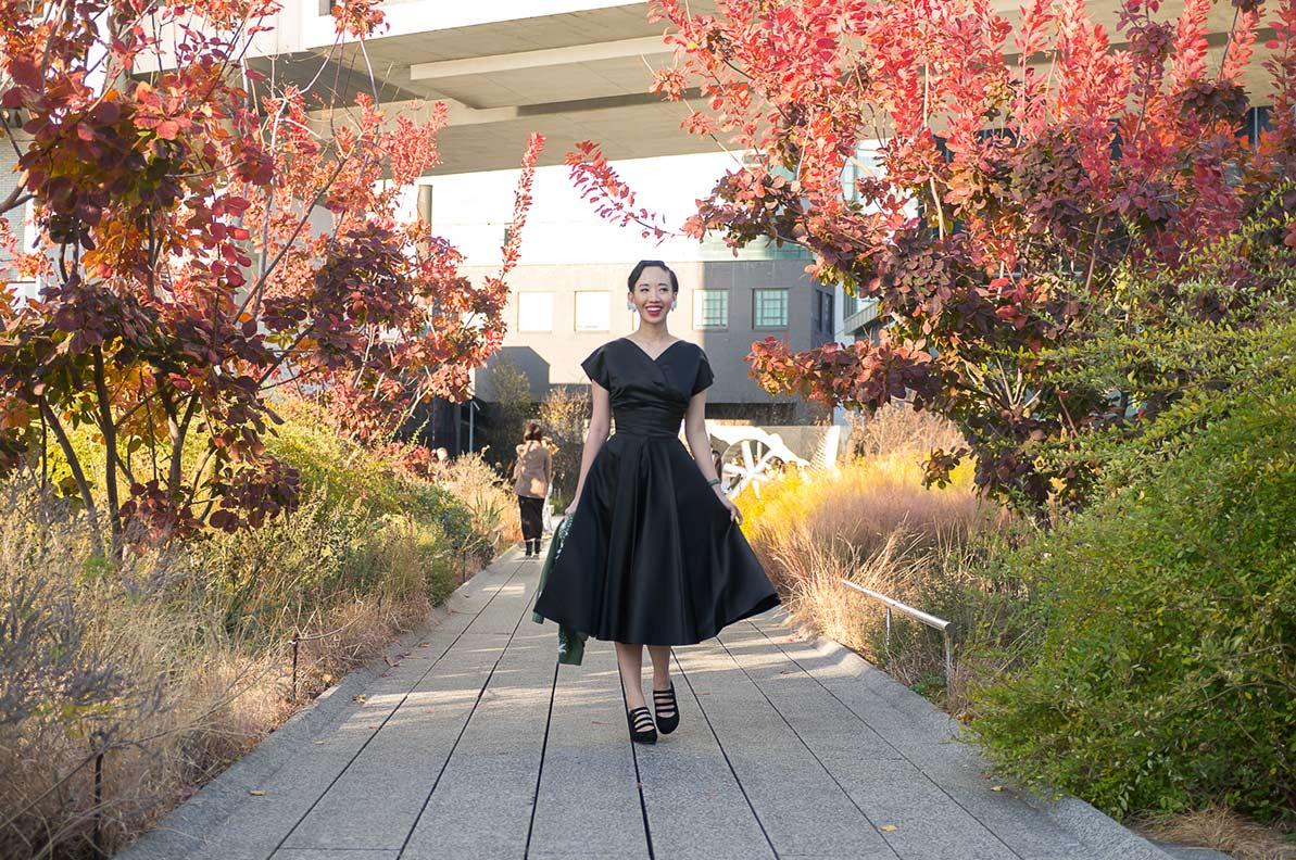 NoraFinds in einem schwarzen Retro-Kleid von Vivien of Holloway