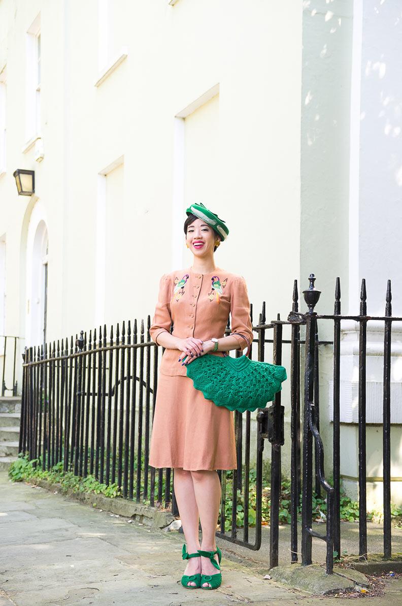 NoraFinds in einem eleganten Vintage-Outfit mit Hut