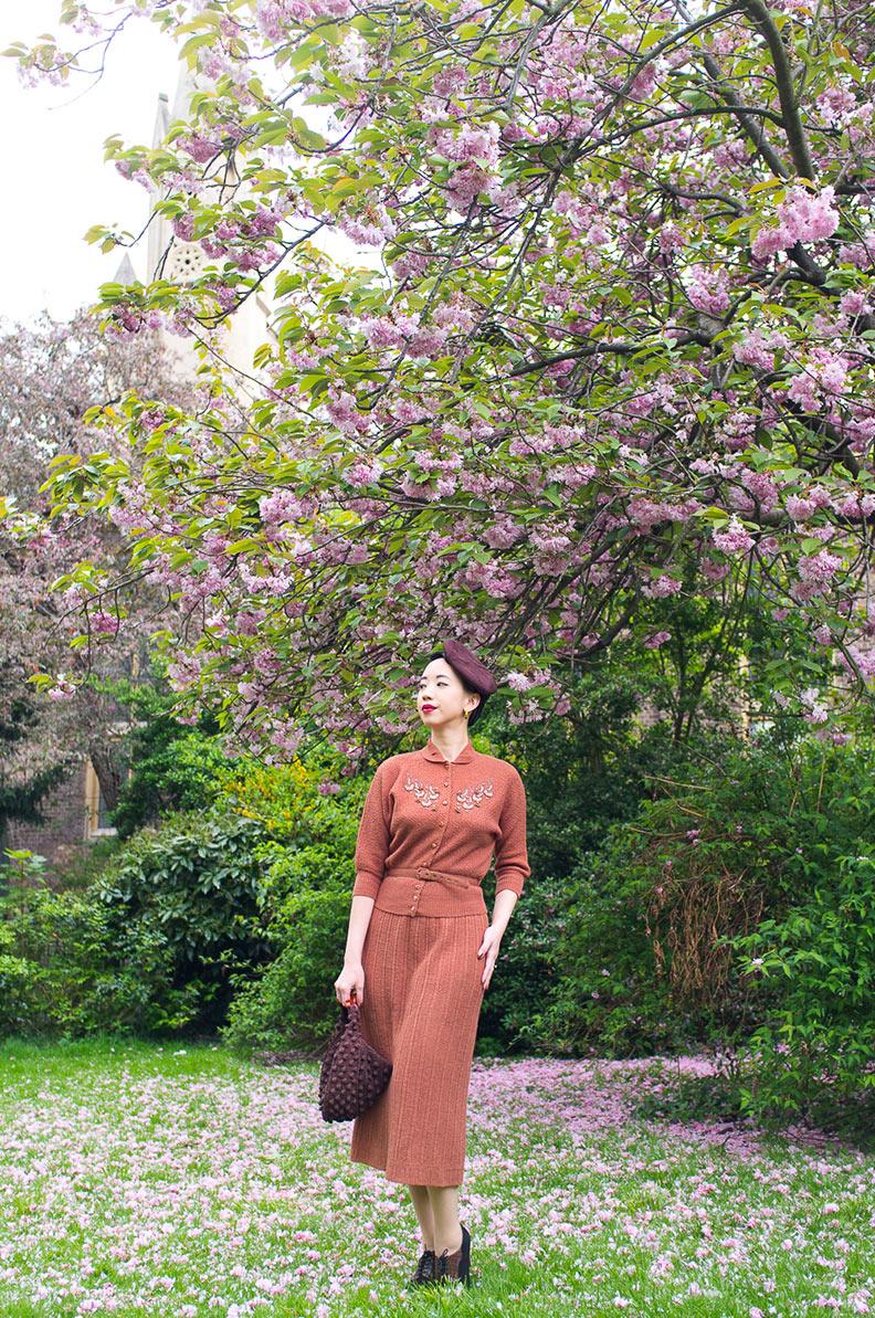 Nora vom Vintage-Blog NoraFinds vor einem blühenden Baum