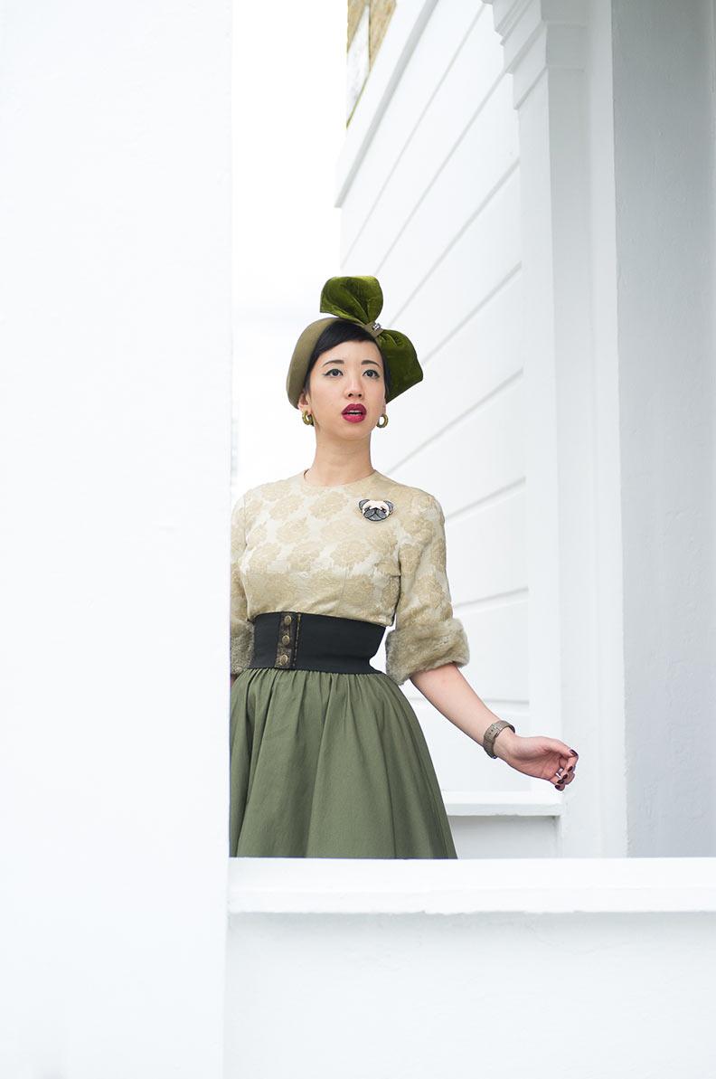 Nora vom Vintage-Blog NoraFinds mit einem atemberaubenden grünen Hut