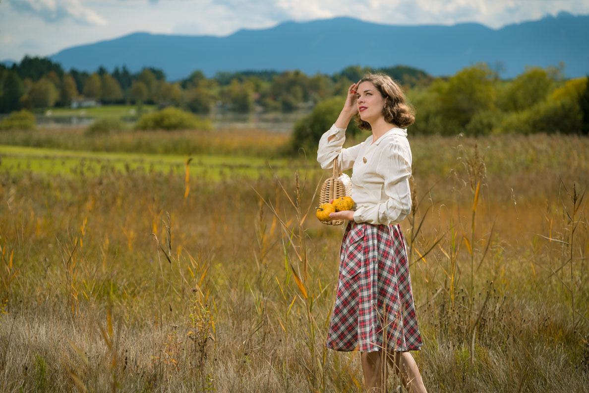 RetroCat mit dem Isabelle Skirt von The Seamstress of Bloomsbury an einem Herbsttag in der Natur