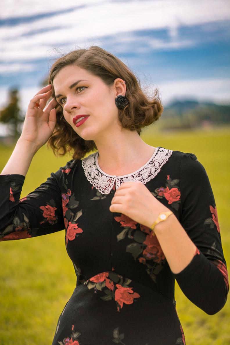 RetroCat mit Rosen-Kleid und Vintage-Make-up im Herbst