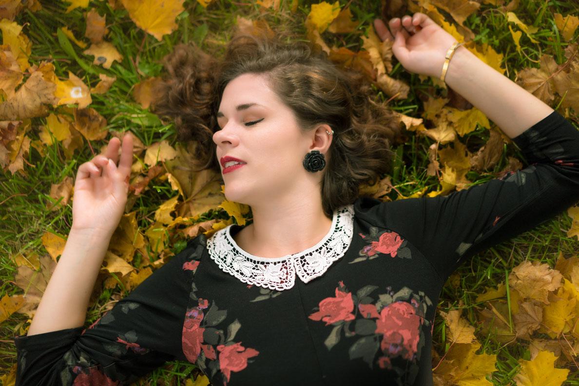 RetroCat mit Retro-Kleid und einem Herbst-Make-up im Vintage-Stil