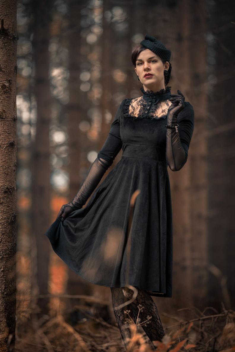 RetroCat in einem schwarzen Vintage-Kleid von BlackButterfly