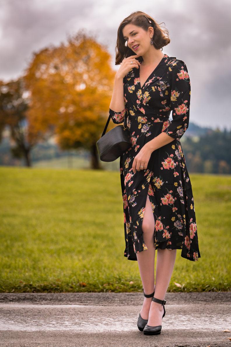 Vintage-Bloggerin RetroCat in einem floralen Wickelkleid im Stil der 40er