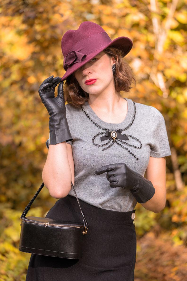 RetroCat mit lila Hut, Lederhandschuhen und grauem Top