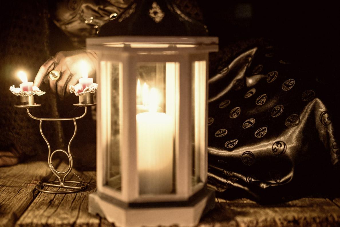 RetroCat in einem Halloween-Kleid mit Jack-Skellington-Schädeln