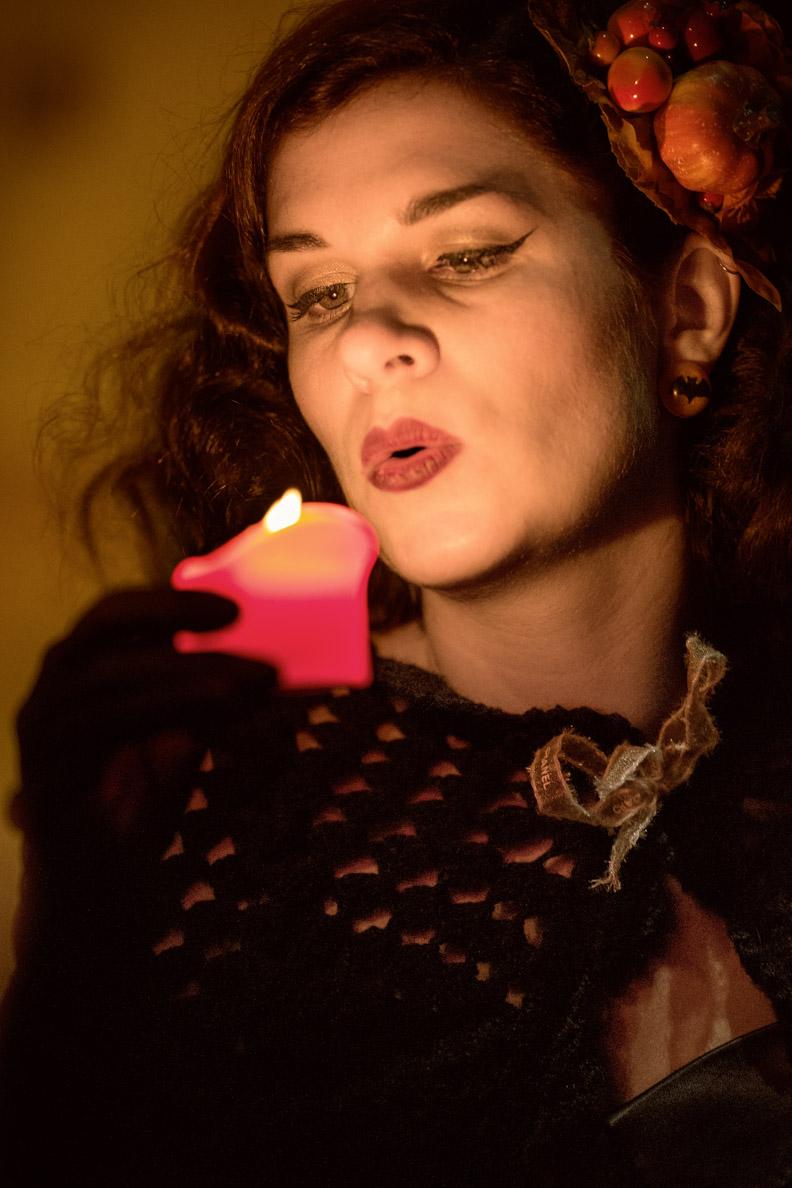 Beauty-Bloggerin RetroCat mit dramatischem Eyeliner und rotem Lippenstift
