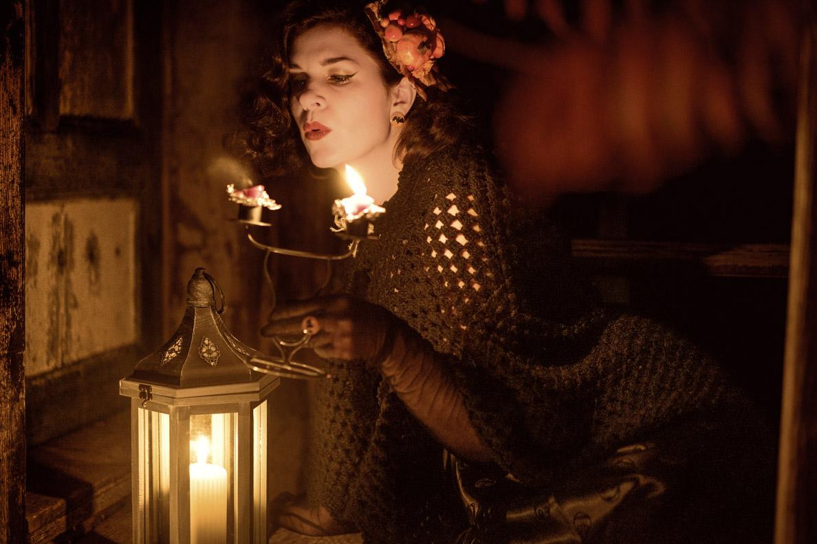 Vintage-Mode-Bloggerin RetroCat beim Auspusten einer alten Kerze