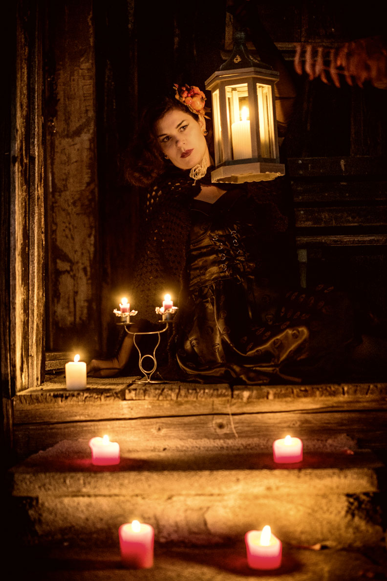 RetroCat mit dem Gothic Velvet Kleid und einer Laterne
