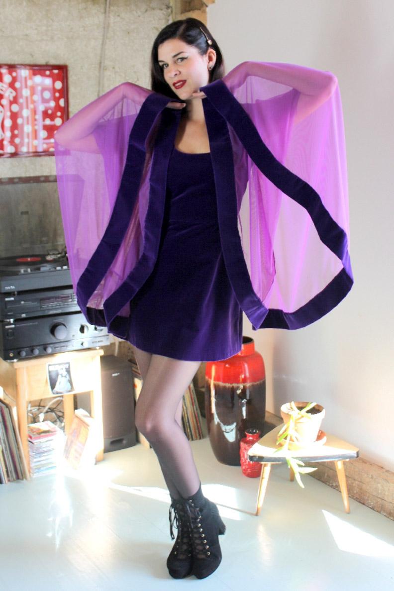 RetroCat in einem lila Party-Kleid im Stil der 1960er von Grünten Mode