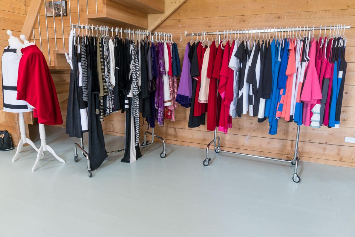 Viele 60er-Jahre-Kleider im Atelier von Grünten Mode