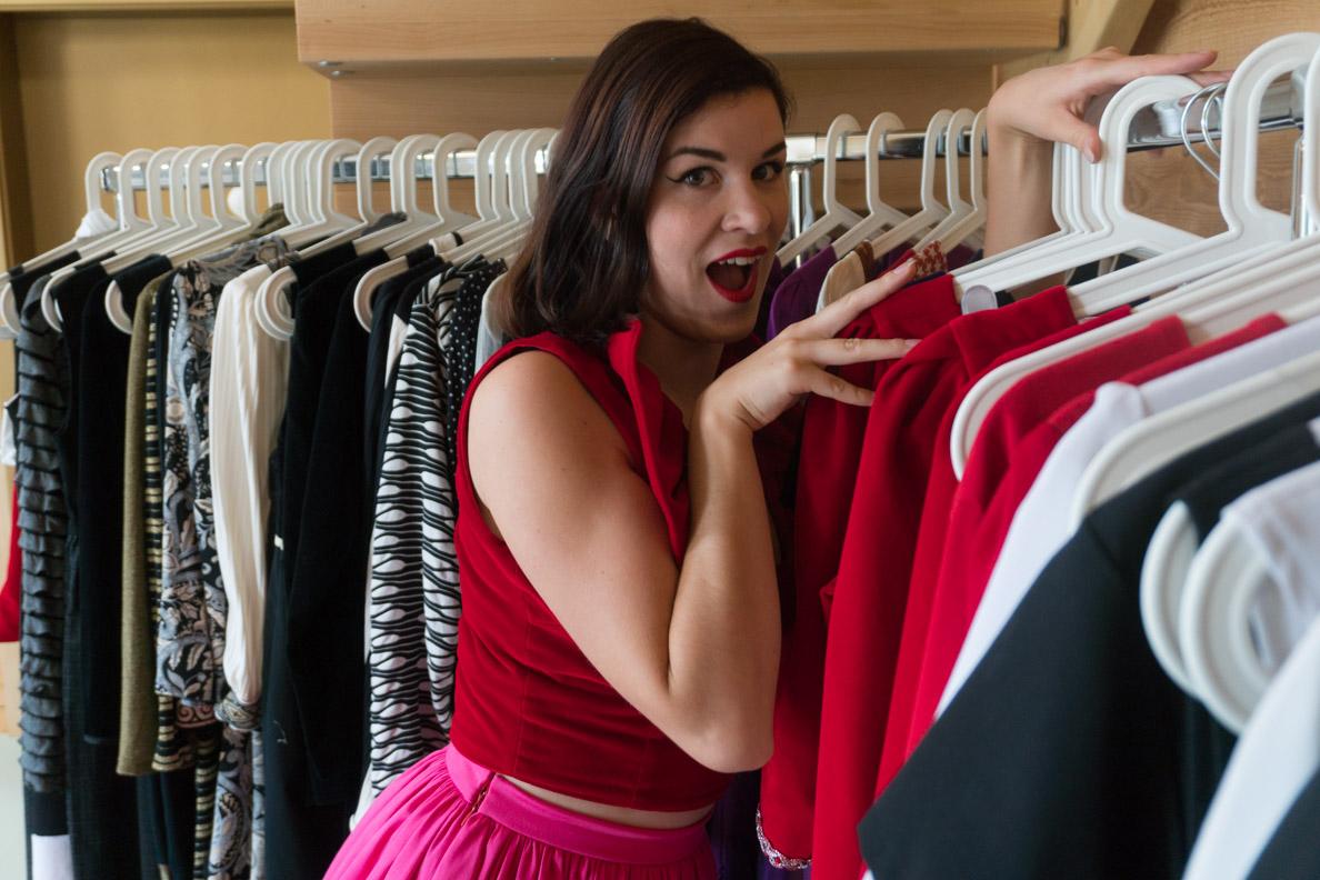 RetroCat beim Bewundern der zauberhaften Kleider von Grünten Mode