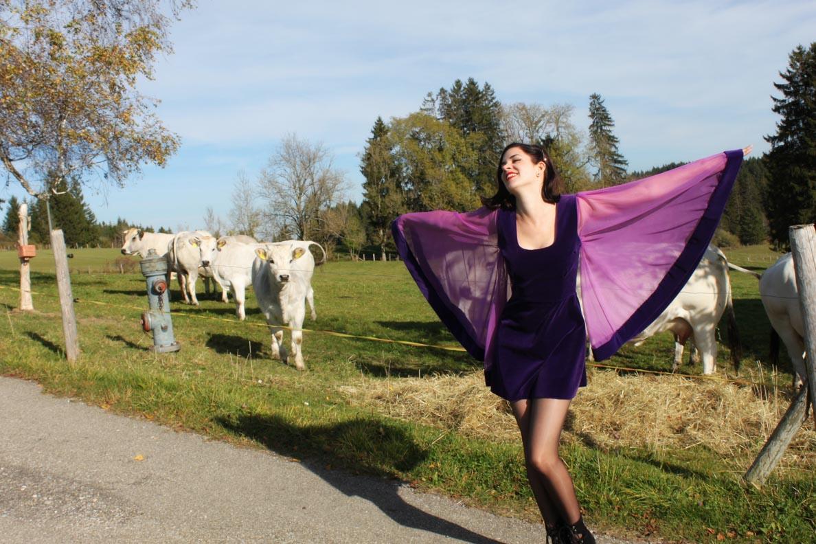 RetroCat mit dem Margo Dress von Grünten Mode vor eine Weide mit Kühen