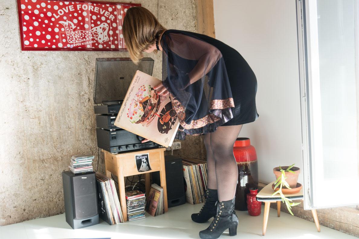 Sara von Grünten Mode vor einem Plattenspieler