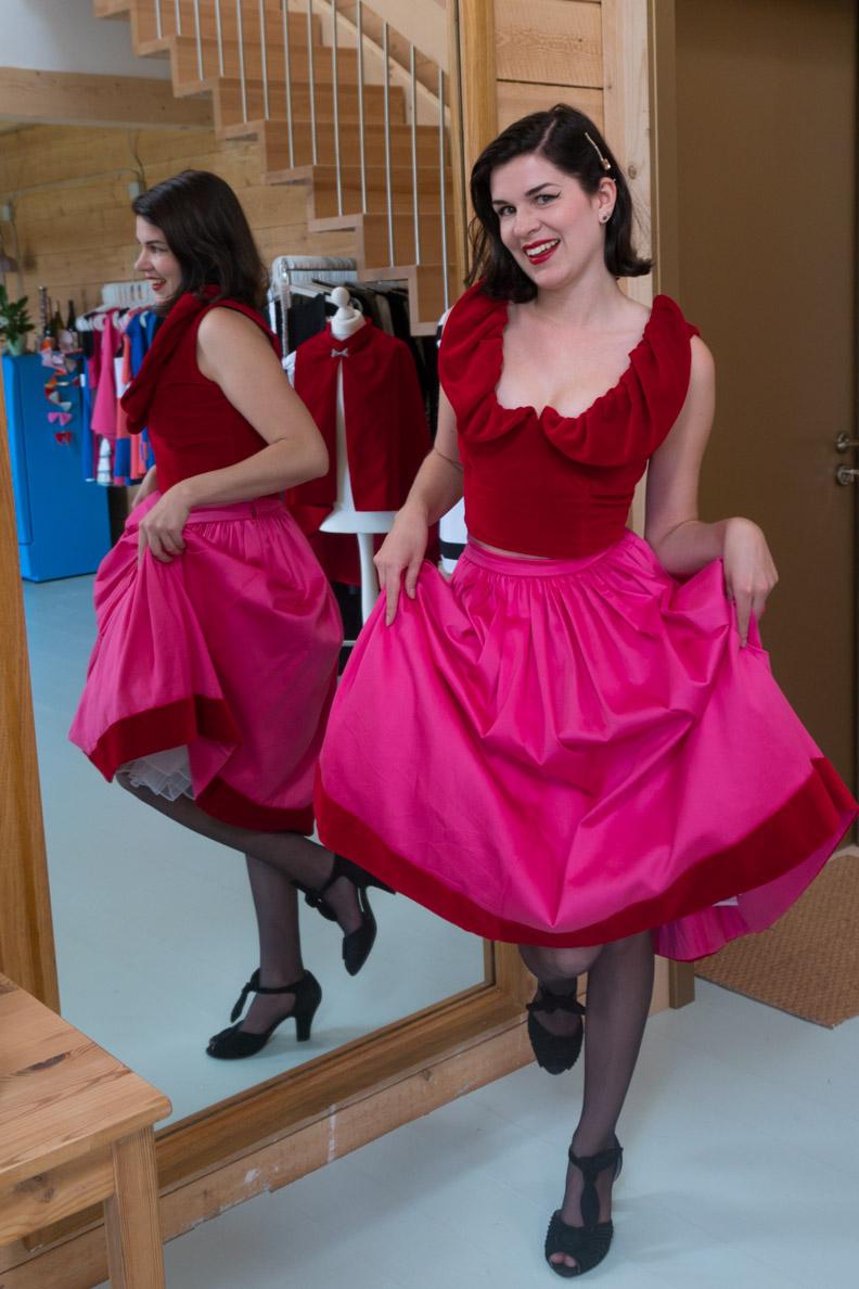 RetroCat mit einem rot-pinken Samt-Ensemble von Grünten Mode