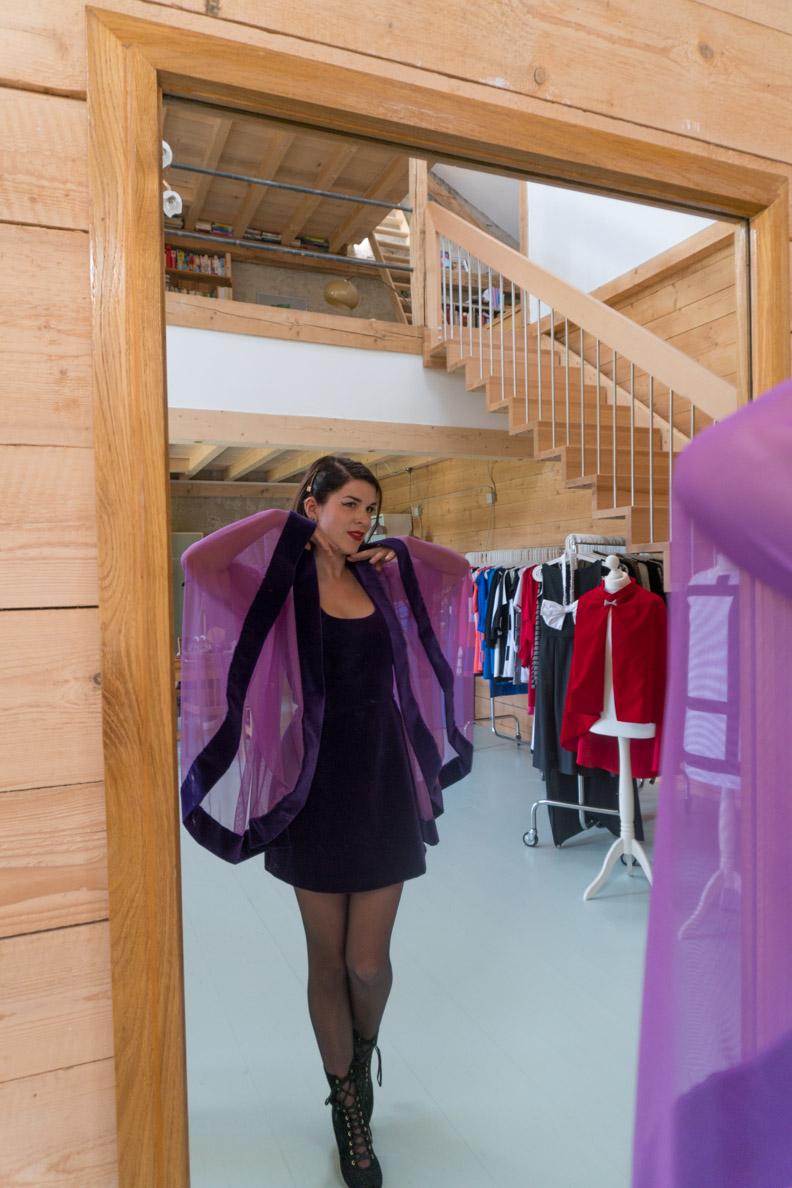 RetroCat mit einem lila Samtkleid von Grünten Mode im Atelier