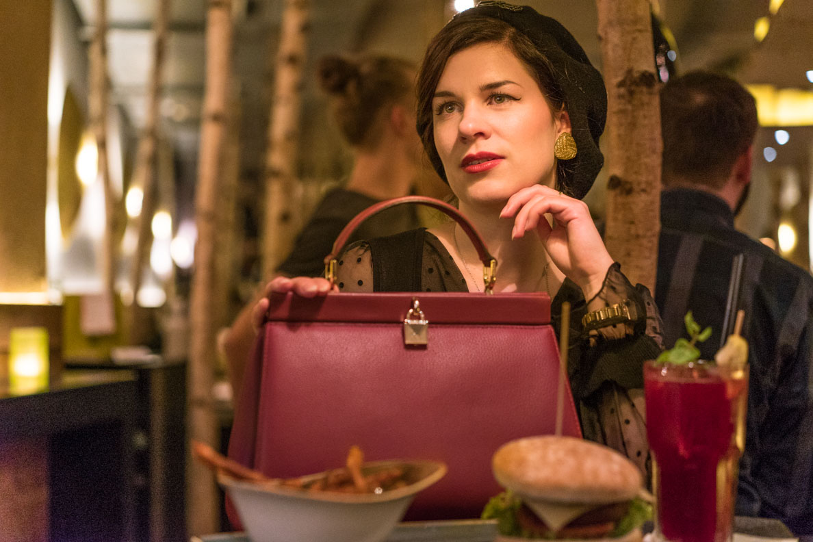 RetroCat beim stilvollen Dinner mit einer Designertasche von Michael Kors via Fashionette