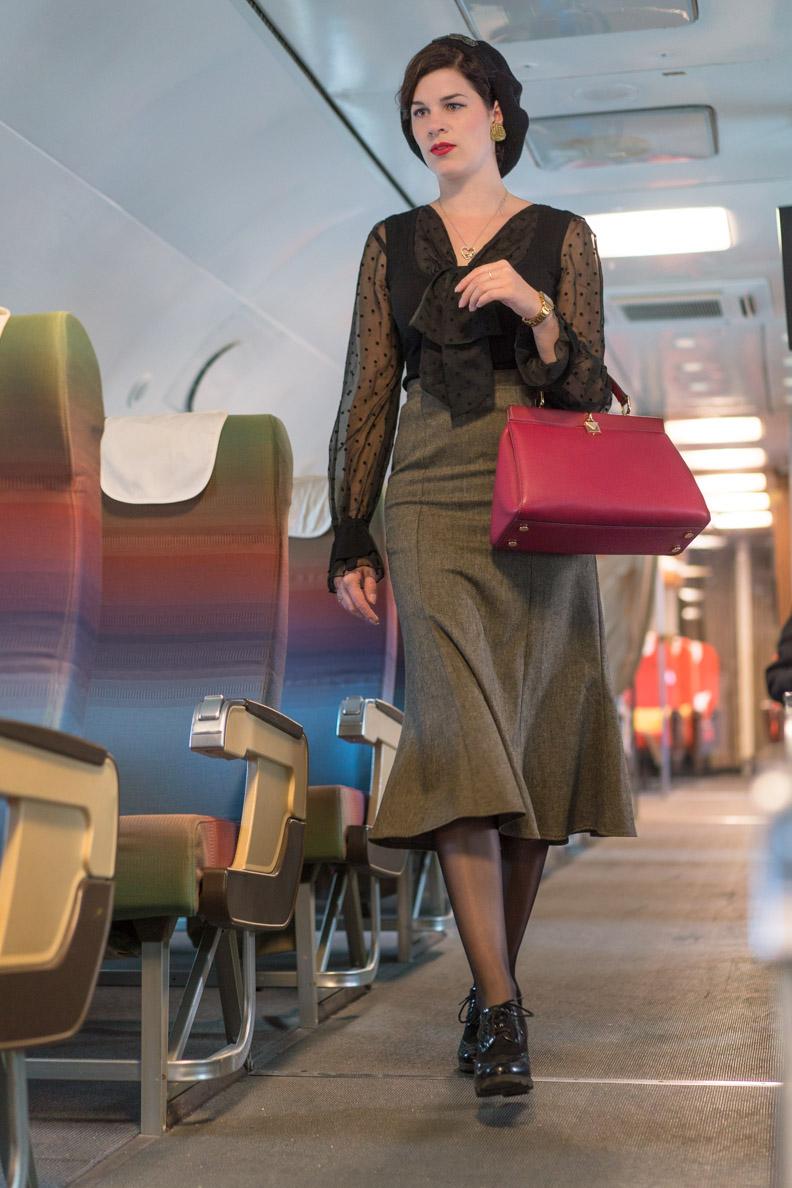 RetroCat in einem von den 30ern inspirierten Outfit