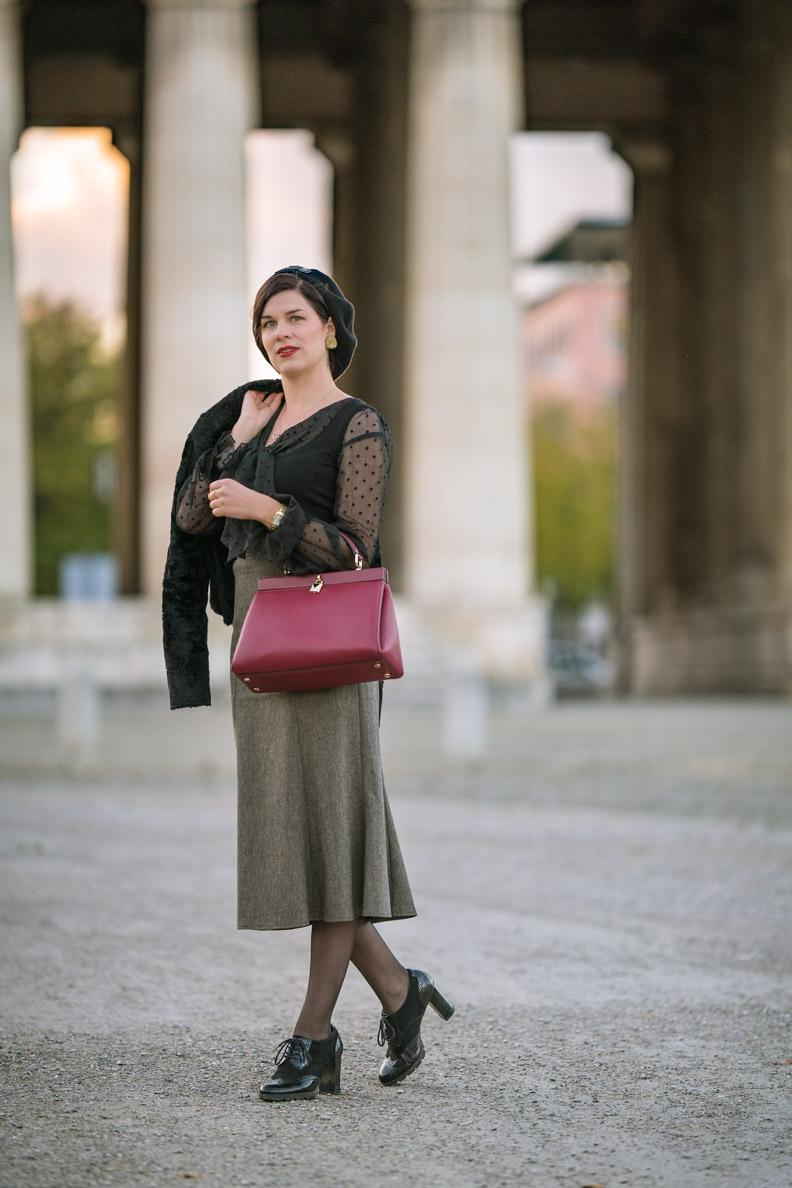 RetroCat mit grauen Wollrock und eleganter Handtasche von Fashionette am Königsplatz in München