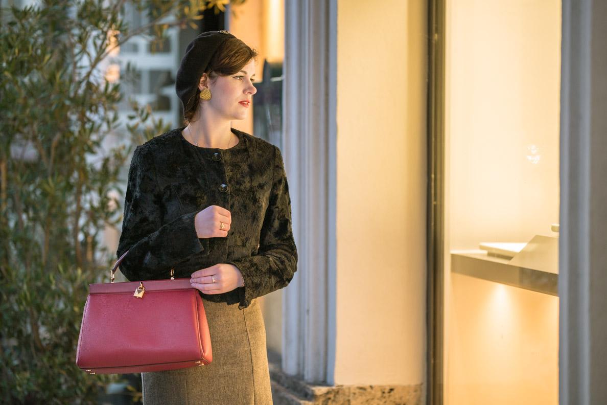 RetroCat mit einer Handtasche von Michael Kors via Fashionette beim Shoppen in München