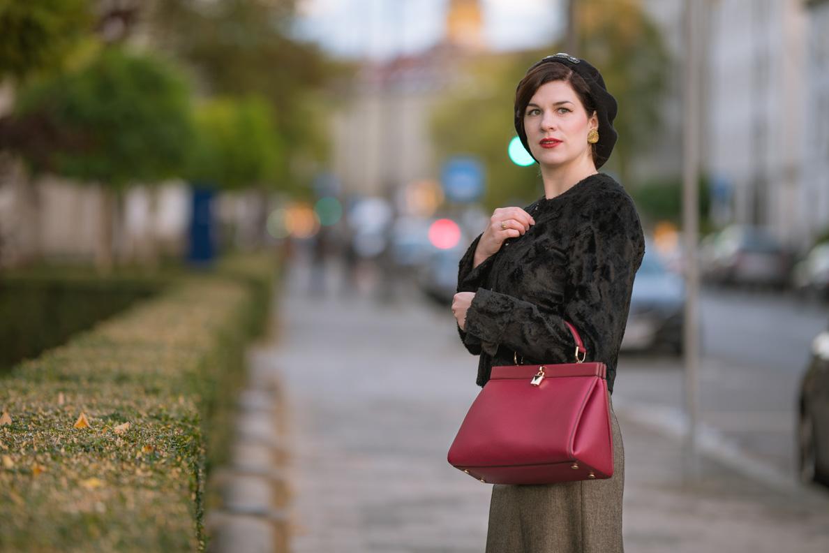 Vintage-Mode-Bloggerin RetroCat in einem stilvollen Outfit in München
