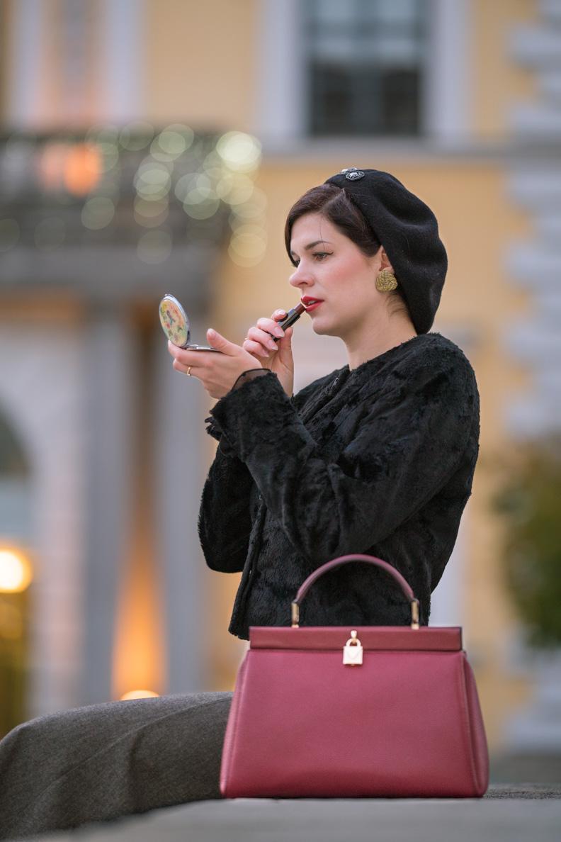 Beauty-Bloggerin RetroCat beim Auffrischen ihres Make-ups in München
