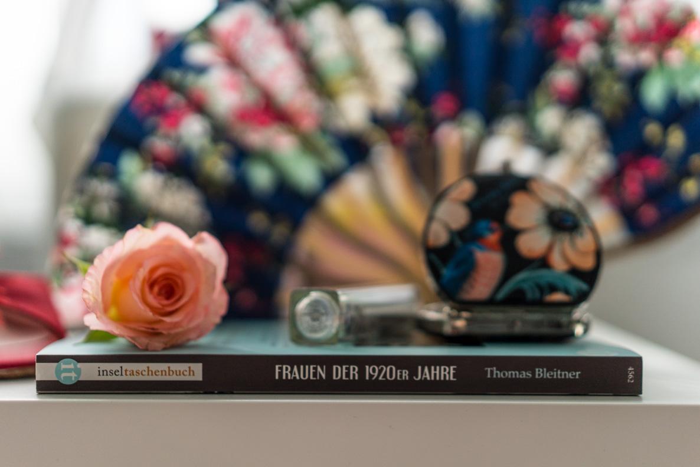 """Das Buch """"Frauen der 1920er Jahre"""" sowie passende Vintage-Accessoires"""