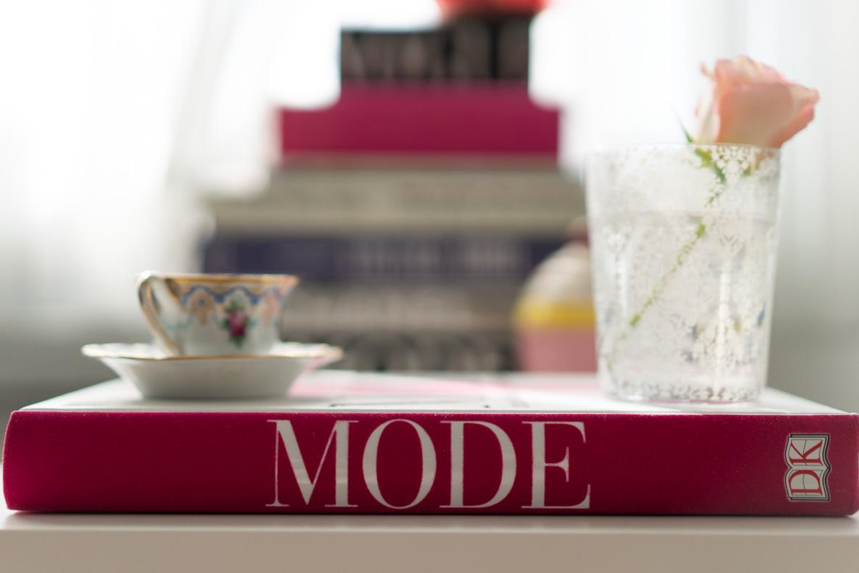 """Das Buch """"Mode - 3000 Jahre Kostüme, Trends, Stile, Designer"""" auf einem Coffee-Table"""