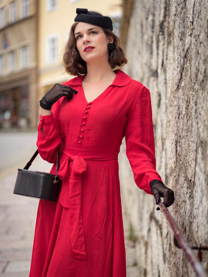 RetroCat in einem roten Retro-Kleid im Stil der 40er-Jahre