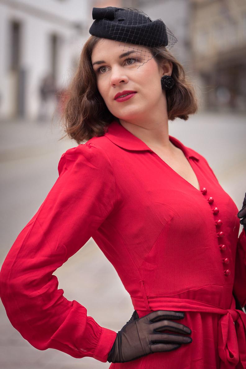 Vintage-Mode-Bloggerin RetroCat in einem 40er-Jahre-Kleid mit langen Puffärmeln