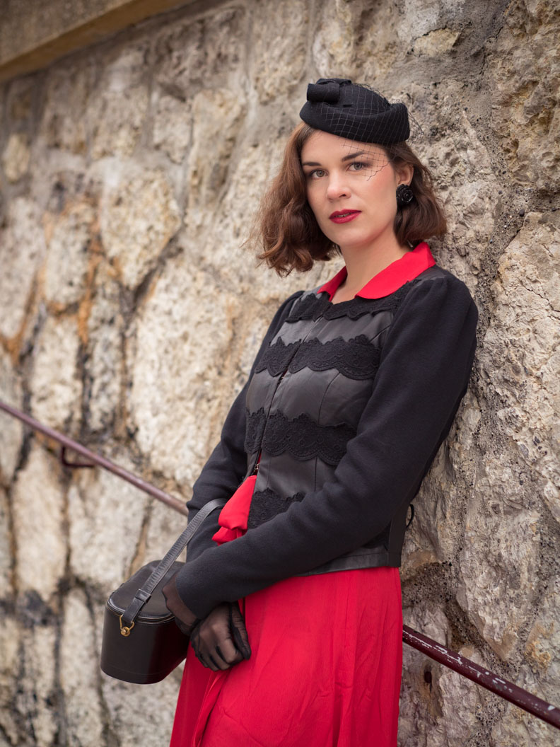 RetroCat mit 40er-Jahre-Kleid, Retro-Blazer und Vintage-Accessoires