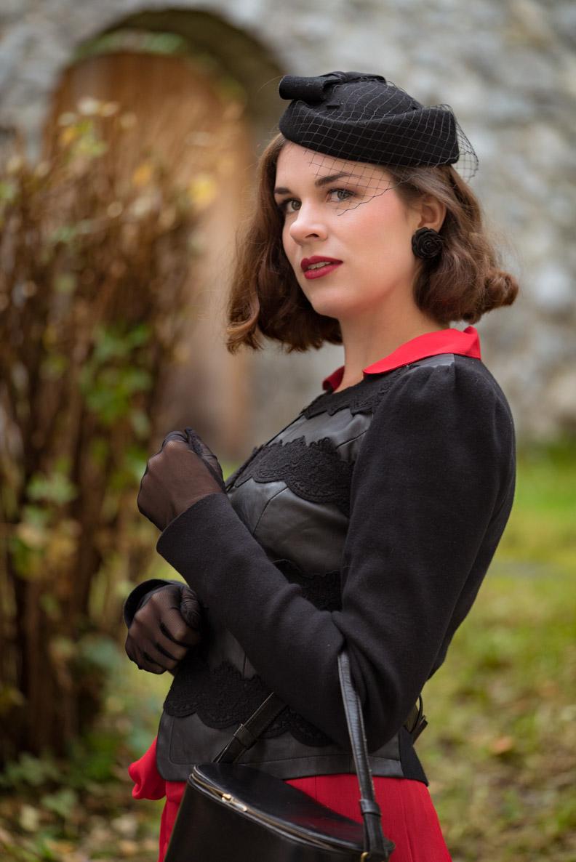 RetroCat mit einem eleganten schwarzen Blazer im Vintage-Stil