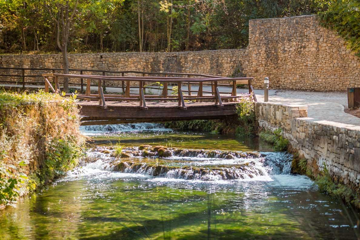 Eine hübsche Brücke im Nationalpark Krika in Kroatien